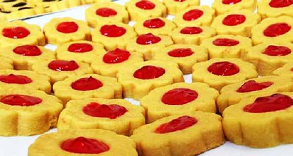 روایت بانوی کار آفرین؛ از دغدغه داشتن یک وعده غذا تا تولید ۲۴۰۰ شیرینی در روز